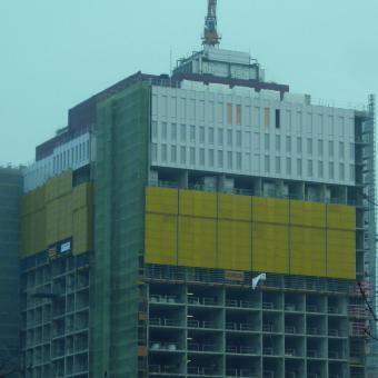 Ansicht auf das Gebäude des Bettenhochhauses im Zuge des Fassadenneubaus